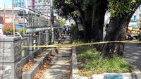 Polisi mensterilkan kawasan depan Kantor BNI cabang Bengkulu terkait penemuan satu benda berbungkus kantong plastik warna putih yang dicurigai sebagai bom. (Liputan6.com/Yuliardi Hardjo Putro)