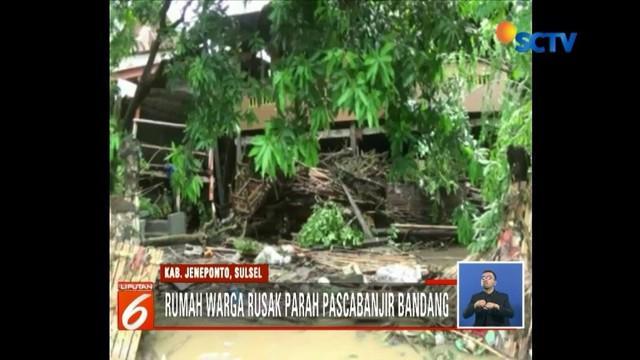 Meski banjir bandang di Jeneponto, Sulawesi Selatan, belum surut, warga mulai kembali ke rumah.