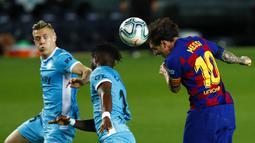 Striker Barcelona, Lionel Messi, menyundul bola saat melawan Leganes pada laga La Liga di Stadion Camp Nou, Selasa (16/6/2020). Barcelona menang 2-0 atas Leganes. (AP Photo/Joan Montfort)