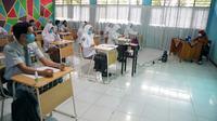 Uji coba pembelajaran tatap muka di SMA 21 Makassar (Liputan6.com/Fauzan)