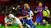 Pemain Barcelona, Javier Mascherano, berduel dengan pemain Sevilla, Vitolo (kiri), pada laga lanjutan La Liga, di Ramon Sanchez Pizjuan Stadium, Minggu (6/11/2016). (AFP/Cristina Quicler)