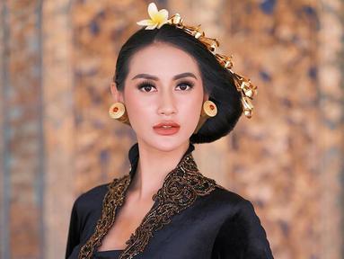 Raden Roro Ayu Maulida, sebagai pemenang kontes kecantikan Puteri Indonesia 2020 asal Surabaya, ia memang banyak jalani berbagai pemotretan. Dunia modelin memang sudah menjadi makanannya sehari-hari dengan berbagai macam busana. (Liputan6.com/IG/@ayumaulida97)