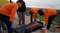 Dua korban ditemukan meninggal dunia usai tragedi perahu dihantam ombak di Pantai Bunton, Cilacap, Jawa Tengah. (Foto: Liputan6.com/Basarnas/Muhamad Ridlo)