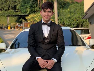 Dibeberapa kesempatan, putra sulung Venna Melinda ini kerap terlihat menggunakan setelan jas berwarna hitam. Bahkan, dalam penampilannya ini ia pun menambahkan dasi kupu-kupu yang membuatnya terlihat menawan. (Liputan6.com/IG/@bramastavrl)
