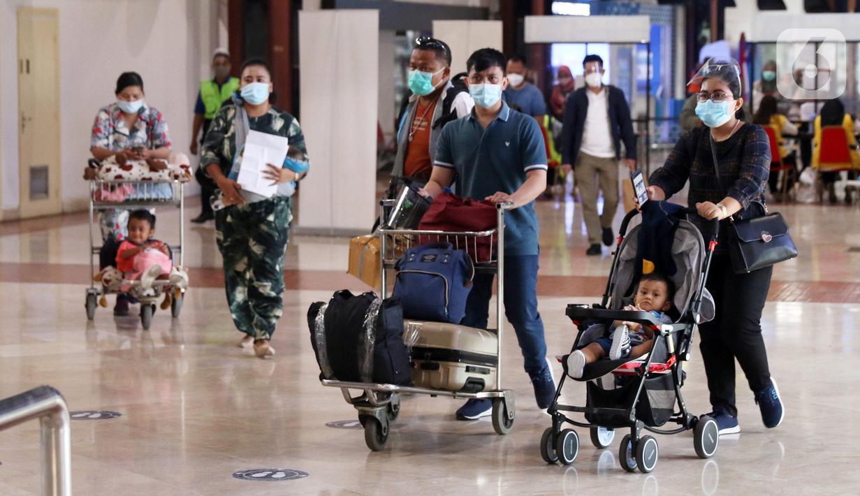Penumpang berjalan di Terminal 2 Bandara Soekarno-Hatta (Soetta), Tangerang, Banten, Rabu (28/10/2020). PT Angkasa Pura II menyebutkan ada 50.000 penumpang yang datang dan pergi dari Bandara Soetta untuk berpergian saat libur panjang pada hari ini. (Liputan6.com/Angga Yuniar)