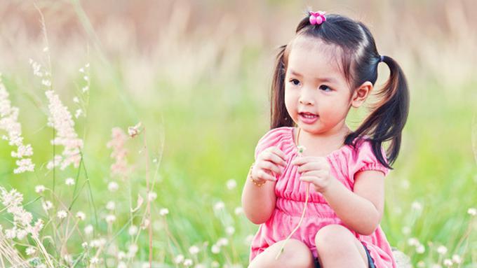 3 Cara Mengajarkan Anak Sikap Peduli Sejak Balita Parenting Fimela Com