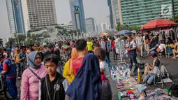 Warga dan pedagang kaki lima (PKL) memadati kawasan car free day (CFD), Bundaran HI, Jakarta, Minggu (4/8/2019). Banyaknya PKL yang berjualan tidak pada tempatnya membuat semrawut dan mengganggu aktivitas olahraga. (Liputan6.com/Faizal Fanani)