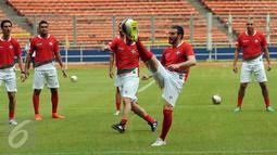 Mantan gelandang Timnas Italia, Gianluca Zambrotta (kedua kanan) mengontrol bola saat latihan jelang laga melawan Primavera Baretti di Stadion GBK, Jakarta, Jumat (20/5/2016). Laga kedua tim digelar Sabtu (21/5). (Liputan6.com/Helmi Fithriansyah)