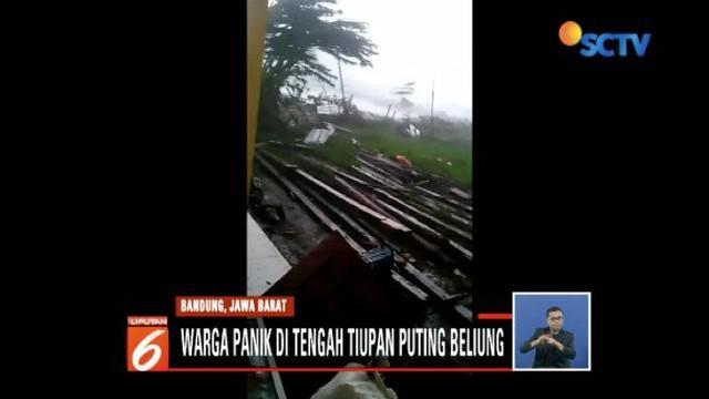 Warga dan petugas bergotong royong perbaiki atap ratusan rumah yang rusak akibat puting beliung.