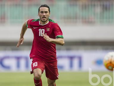 Pemain Timnas U-22 Indonesia, Ezra Walian saat tampil perdana membela Garuda Muda melawan Myanmar pada laga uji coba di Stadion Pakansari, Selasa (21/3/2017). Indonesia kalah 1-3 dari Myanmar. (Bola.com/Vitalis Yogi Trisna)