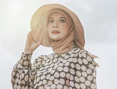FOTO: Inspirasi Gaya Hijab Zaskia Sungkar, Simple dan Elegan