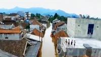 Warga Dayeuhkolot mulai berani berjalan kaki menerobos banjir karena ketinggian banjir telah menurun.