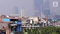 Suasana pemukiman padat penduduk di bantaran kali di Jakarta, Selasa (4/8/2020). Badan Pusat Statistik (BPS) mencatatkan jumlah penduduk miskin Indonesia mencapai 26,42 juta orang per Maret 2020. (Liputan6.com/Angga Yuniar)
