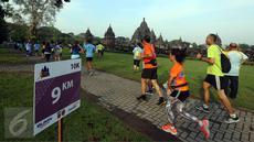 Para peserta mengikuti Mandiri Jogja Marathon 2017 di kompleks Candi Prambanan, Sleman, Minggu (23/4). Marathon jarak 42 km yang diikuti sekitar 5.800 peserta ini dilepas oleh Gubernur DIY Sri Sultan Hamengkubuwono X. (Liputan6.com/Johan Tallo)