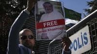 Pengunjuk rasa menuntut pengusutan tuntas kasus terbunuhnya jurnalis Jamal Khashoggi (AP/Emrah Gurel)