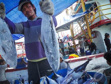 Nelayan Pelabuhan Muara Baru mengeluhkan langkanya BBM, Jakarta, Kamis (28/8/2014) (Liputan6.com/Faizal Fanani)