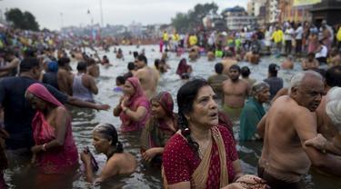 Puluhan juta umat Hindu berkumpul di Festival Kumbh Mela yang digelar di tepi Sungai Gangga, India, selama 48 hari (AP Photo)