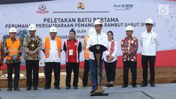 Presiden Joko Widodo memberi sambutan sebelum melakukan peletakan batu pertama pembangunan rumah untuk PPRG di Garut, Jawa Barat, Sabtu (19/1/). Jokowi menyampaikan, pembangunan rumah tersebut merupakan program sejuta rumah. (Liputan6.com/Angga Yuniar)