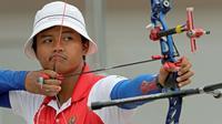 Aksi Riau Ega pemanah Indonesia pada final cabang panahan nomor recurve beregu putera pada ajang test event Asian Games 2018, di Lapangan Panahan GBK, Jakarta, Rabu (14/2/2018). (Bola.com/Peksi Cahyo)