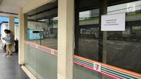 Warga melihat-lihat kawasan gerai 7-Eleven yang tutup di kawasan Jalan Kapten Tendean,  Jakarta, Sabtu (24/6). Penutupan seluruh gerai 7-Eleven di Indonesia akan dilakukan 30 Juni 2017.  (Liputan6.com/Helmi Fithriansyah)