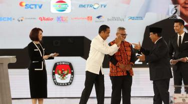 Capres nomor urut 01 Joko Widodo atau Jokowi (dua kiri) saling sapa dengan capres nomor urut 02 Prabowo Subianto (dua kanan) saat mengikuti debat keempat Pilpres 2019 di Hotel Shangri-La, Jakarta, Sabtu (30/3). (Liputan6.com/JohanTallo)