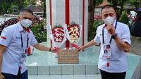 Ketua Umum PSSI Mochamad Iriawan meletakkan karangan bunga di tugu Ketua Umum PSSI pertama Soeratin di Solo, Senin (19/4).(Liputan6.com/Fajar Abrori)