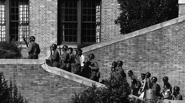 Sembilan siswa dikawal pasukan bersenjata memasuki Central High School di Little Rock, Arkansas, Amerika Serikat (Wikipedia/US Army)