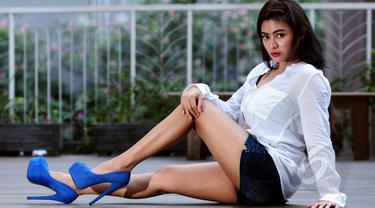Vitalia Sesha saat melakukan pemotretan di kawasan Tebet, Jakarta, Minggu (24/5/2015). (Liputan6.com/Faisal R Syam)