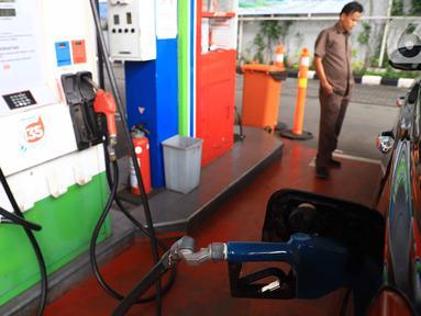 Pemilik kendaraan melakukan pengisian baham bakar minyak (BBM) di SPBU, Jakarta, Rabu (5/2/2020). Pemerintah mencanangkan pembangunan BBM Satu Harga di 83 titik di Indonesia pada tahun 2020. (Liputan6.com/Angga Yuniar)