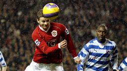 Striker Manchester United, Ole Gunnar Solskjaer, menyundul bola saat pertandingan melawan Reading di Stadion Old Trafford, (30/12/2006). (AFP/Andrew Yates)