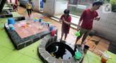 Warga melakukan ritual mandi usai bersembahyang pada perayaan Tahun Baru Imlek 2571 di Vihara Gayatri, Depok, Sabtu (25/1/2020). Pada perayaan Imlek, banyak yang mandi atau sekedar cuci muka, tangan dan kaki di 7 sumur yang dipercaya memiliki keistimewaan tersebut. (merdeka.com/Arie Basuki)