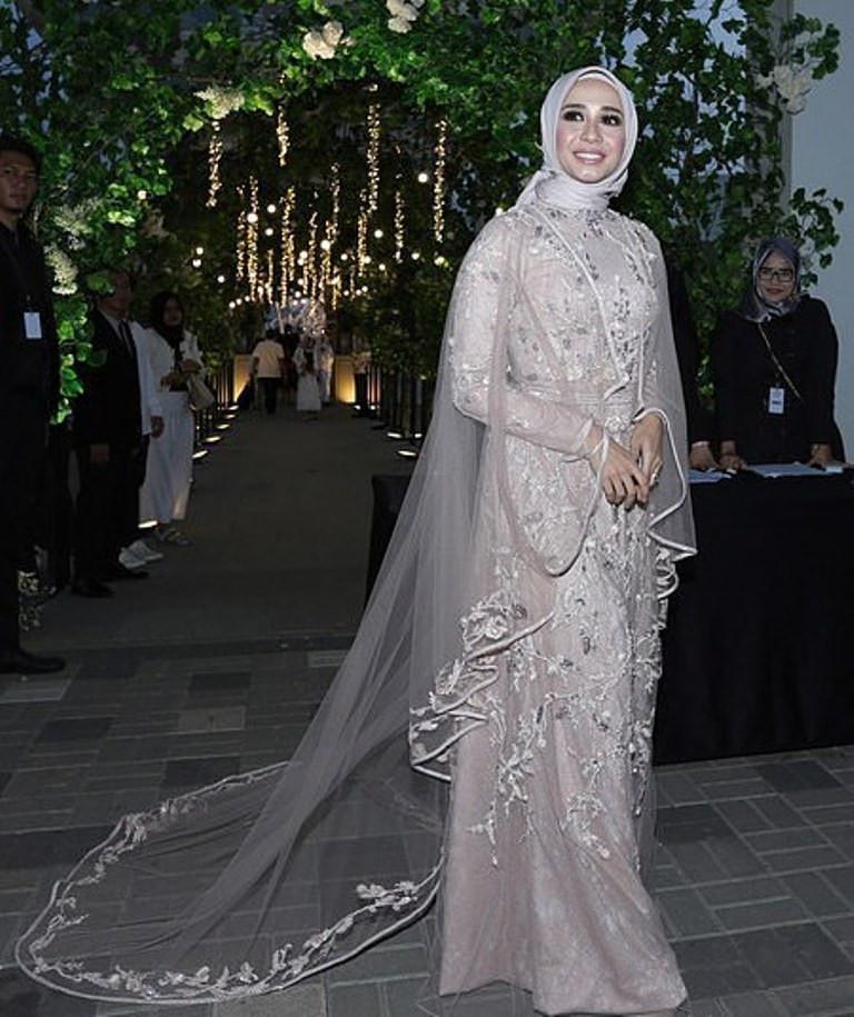 Intip Perbedaan 2 Gaun Pernikahan Laudya Cynthia Bella Fashion