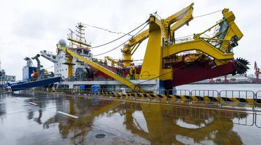Kapal keruk Tian Kun Hao di sebuah pelabuhan di Shenzhen, Provinsi Guangdong, China selatan (13/10/2020). Kapal selam berawak Jiaolong, kapal induknya Shenhai Yihao (Laut Dalam No. 1), serta kapal keruk Tian Kun Hao akan ditampilkan di ajang Pameran Ekonomi Maritim China. (Xinhua/Mao Siqian)