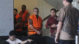Pejabat Pembuat Komitmen (PPK) SPAM Toba 1 Donny Sofyan Arifin (tengah)  usai menandatangani P21 di Gedung KPK, Jakarta, Jumat (26/4). Donny akan menjalani sidang perdana Mei mendatang terkait kasus suap sejumlah proyek pembangunan SPAM ta 2017-2018 di Kementerian PUPR. (merdeka.com/Dwi Narwoko)