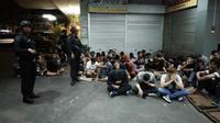 Pengunjung dan karyawan Queen Club Pekanbaru setelah kedapatan personel Polda Riau memiliki pil ekstasi. (Liputan6.com/M Syukur)