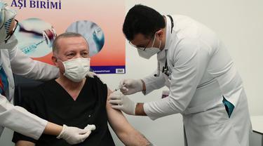 Presiden Turki Recep Tayyip Erdogan disuntik vaksin Sinovac.