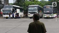 Bus AKAP terparkir di Terminal Kampung Rambutan Jakarta, Senin (30/3/2020). Untuk mencegah penyebaran virus Corona COVID-19, Dishub Pemprov DKI Jakarta menghentikan sementara layanan Bus Antar Kota Antar Provinsi pertanggal 30 Maret 2020 pukul 18.00 WIB. (Liputan6.com/Helmi Fithriansyah)