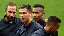 Penampilan pemain Juventus Cristiano Ronaldo (dua kiri) serta Gonzalo Higuain (kiri), Alex Sandro (dua kanan) dan Danilo saat mengunjungi Stadion Wanda Metropolitano, Madrid, Spanyol, Selasa (17/9/2019). Juventus akan menghadapi Atletico Madrid pada laga Grup D Liga Champions. (OSCAR DEL POZO/AFP)