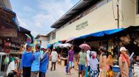 Pengelola pasar tradisional di Kota Cirebon akan mengakomodir warga yang belanja melaui online dalam rangka physical distancing. Foto (Liputan6.com / Panji Prayitno)