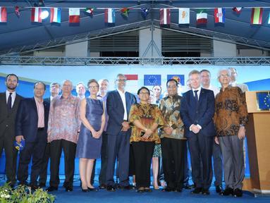 Menteri Luar Negeri Retno Marsudi (keenam kiri) bersama Menteri Perhubungan, Budi Karya Sumadi berfoto bersama perwakilan Duta Besar negara Uni Eropa saat perayaan Europe Day 2018 di Jakarta, Rabu (9/5). (Liputan6.com/Helmi Fithriansyah)