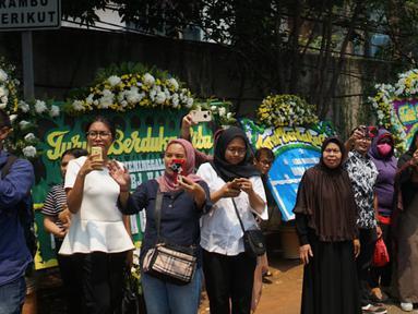 Warga memadati jalan di sekitar rumah duka Presiden ke-3 RI BJ Habibie di kawasan Kuningan, Jakarta, Kamis (12/9/2019). Meninggalnya BJ Habibie menarik simpatik masyarakat untuk datang mengantarkan kepergiaannya yang dimakamkan secara militer di TMP Kalibata, Jakarta Selatan. (Liputan6.com/Immanuel
