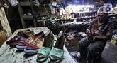 Pekerja menyelesaikan pembuatan sepatu di industri rumahan daerah Kuningan, Jakarta Selatan, Jumat (22/1/2020). Industri rumahan pembuatan sepatu berbahan kulit dan sintetis ini telah memasarkan produknya di tingkat nasional dengan harga jual Rp. 175.000 - Rp.1.500.000. (Liputan6.com/Johan Tallo)