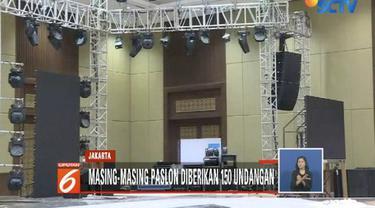 Jelang Debat ke-5 Pilpres 2019, pengaturan panggung di Hotel Sultan, Jakarta, masih dikerjakan.