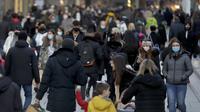 Zona pejalan kaki utama di Frankfurt ramai oleh orang-orang yang melintas di Jerman, Senin (14/12/2020). Kebijakan lockdown di Jerman terpaksa diambil demi menurunkan kasus penularan virus corona covid-19 yang melonjak beberapa waktu terakhir. (AP Photo/Michael Probst)
