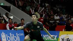 Tunggal putra Jepang  Kazumasa Sakai, saat melawan wakil  Indonesia, Anthony Ginting, pada laga final Indonesia Masters 2018 di Istora Senayan, Minggu (28/1/2018). Anthony Ginting menang 21-13 dan 21-12. (Bola.com/M Iqbal Ichsan)