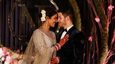 Aktris Bollywood Priyanka Chopra dan musisi AS Nick Jonas berpose saat resepsi pernikahan mereka di New Delhi, India, Selasa (4/12). Keduanya berkali-kali melepas senyum bahagia kepada publik. (AP Photo/Altaf Qadri)