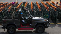Pemimpin upacara memeriksa pasukannya saat mengikuti gladi bersih HUT ke-74 TNI di Lanud Halim Perdanakusuma, Jakarta, Kamis (3/10/2019). Dalam keterangan resmi TNI, jumlah pasukan parade HUT TNI mencapai 6.806 personel. (Liputan6.com/Faizal Fanani)