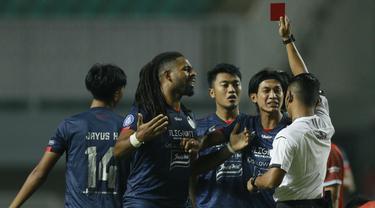 Gelandang Arema FC Jayus Haryono mendapat kartu merah pada menit ke-3 pada laga melawan PSM Makassar. Jayus diganjar kartu merah oleh wasit Agus Arifin Fauzan dari Yogyakarta setelah melanggar Sutanto Tan. (Foto: Bola.com/M Iqbal Ichsan)