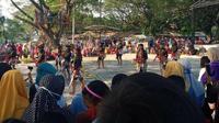 Di tengah pandemi Covid-19, pentas seni yang menghadirkan kerumunan penonton digelar di lokasi KPH Randublatung, Kabupaten Blora, Jawa Tengah. (Liputan6.com/ Ist/ Facebook Bang Ba)