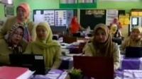 Belum tersedianya buku Kurikulum 2013 membuat sejumlah guru menempuh berbagai cara demi kelangsungan kegiatan belajar mengajar siswanya